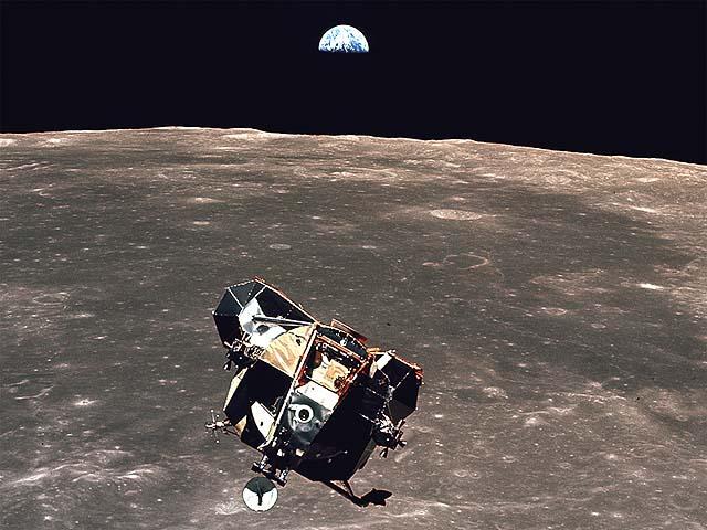 the LEM back in orbit leaving the landing platform behind